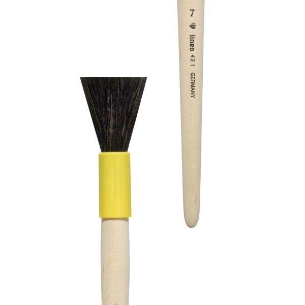 Gilder duster/mop brush/former brush, blunt form, goat hair, yellow plastic case, short not-lacquered handle.